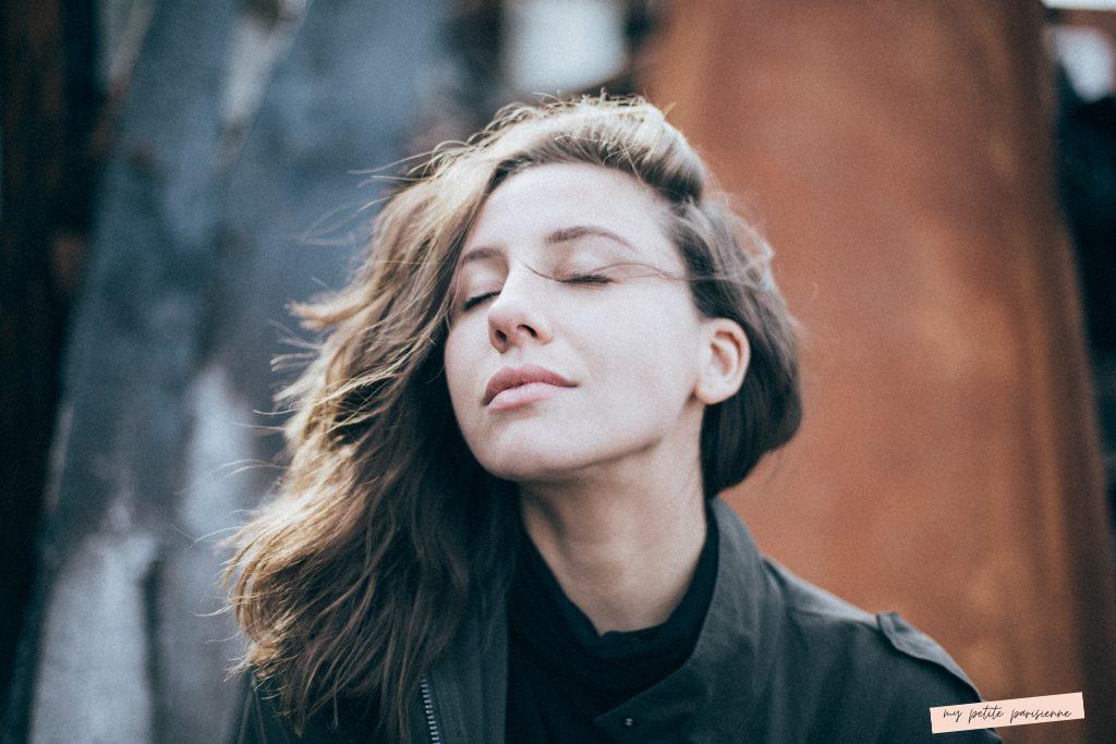 jeune fille qui respire les cheveux au vent