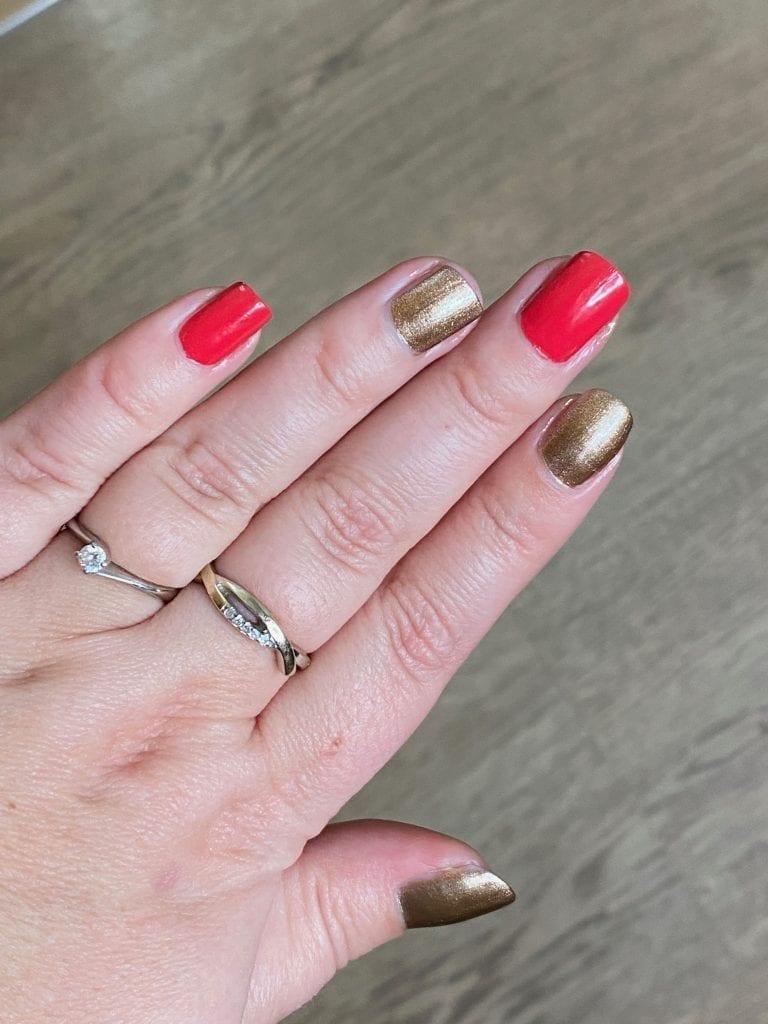 vernis à ongles rouge et doré